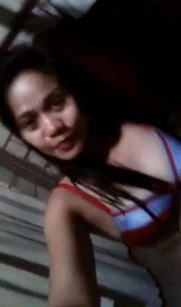 Slutty filipina shows her sexy breasts selfie
