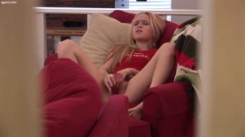Señorita rubia y excitada se masturba en el sofá