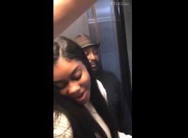Singando en el ascensor frente a los amigos