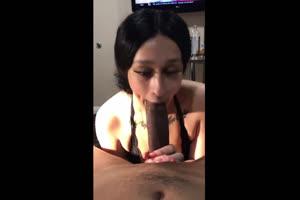 Haciendo el sexo oral a una enorme verga negra