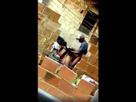 Dominicana pillada pegando cuerno en el patio