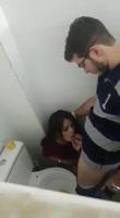 Jóvenes pillados follando en el baño