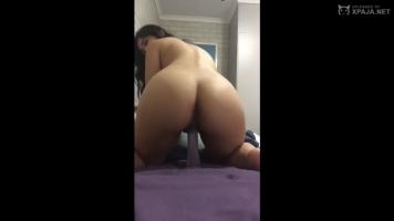 Asiática de culo grande montando su consolador