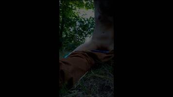 Fuerte orgasmo de una jovencita follando en el monte