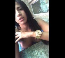 Adolescente esperando al novio en la piscina