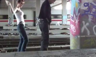 Esposa viola a su marido en la vía del tren
