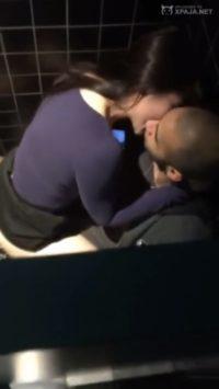 Encontré a mi novia follando con otro en el baño