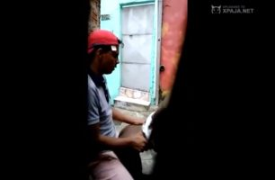 Juan carlos es sorprendido metiéndoselo a la enana del barrio
