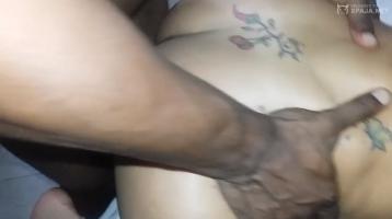 Mi negro metiéndomela duro por culo y termina en mi boca