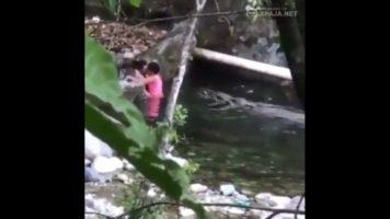 Pareja dominicana pillados singando en el rió