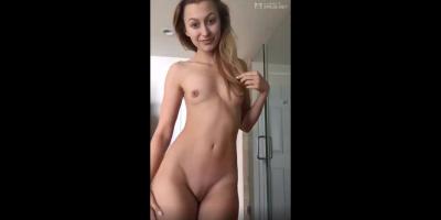 Una adolescente de lindo culo y tetas pequeñas fucking hot