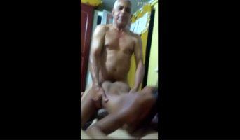 Viral vídeo porno de viejo follando dos brasileñas
