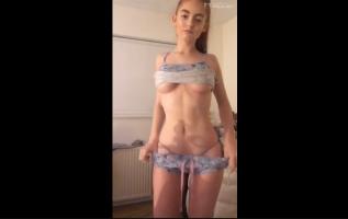 Adolescente rubia desnudándose para su novio