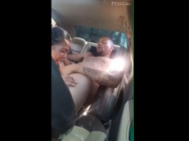 La vecina mamando el gran pene del amigo en su carro