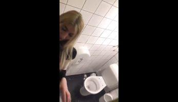La amiguita es pillada singando en el baño de la disco