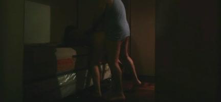 Echando un polvo a media noche en la sala de su casa