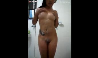 Se graba en la ducha tocándose las tetas vídeo hot