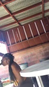 Ebony Teen mamando una verga mientras sus padres están fuera