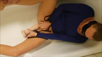 Esposa cachondas masturbándose con su juguete favorito