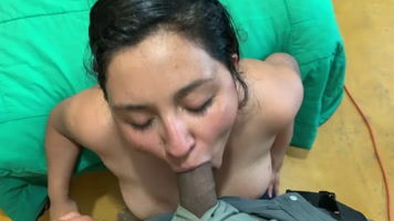 Mamando Viendo a pornhub en linea hasta llenar su cara de leche