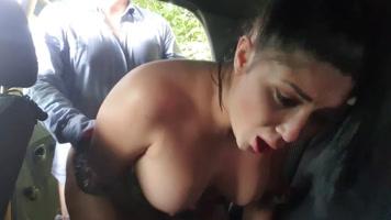 Colombiana invita al taxista a coger al aire libre